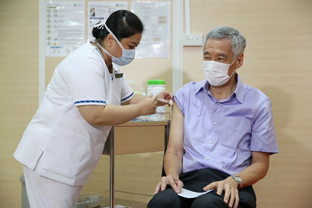 PM Lee receiving the Covid-19 vaccine at Singapore General Hospital on Jan 8, 2021.PHOTO MINISTRY OF COMMUNICATIONS AND INFORMATION